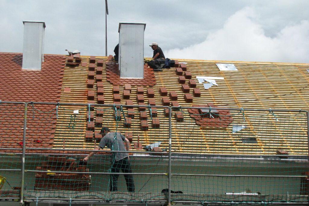 Der Dachdecker sorgt dafür, dass auch hohe Dächer das Gebäude vor Regen und Umwelteinflüsse schützen