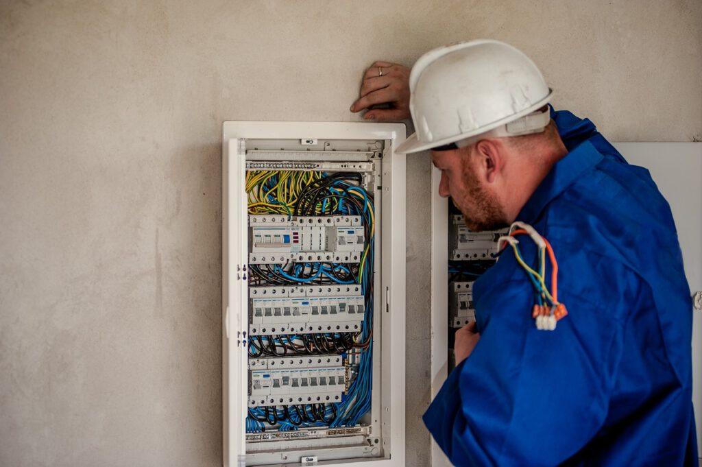 Woher kommt der Strom? Der Elektroinstallateur kann das nicht nur beantworten sondern sorgt auch dafür, das immer Energie im Haus zur Verfügung steht