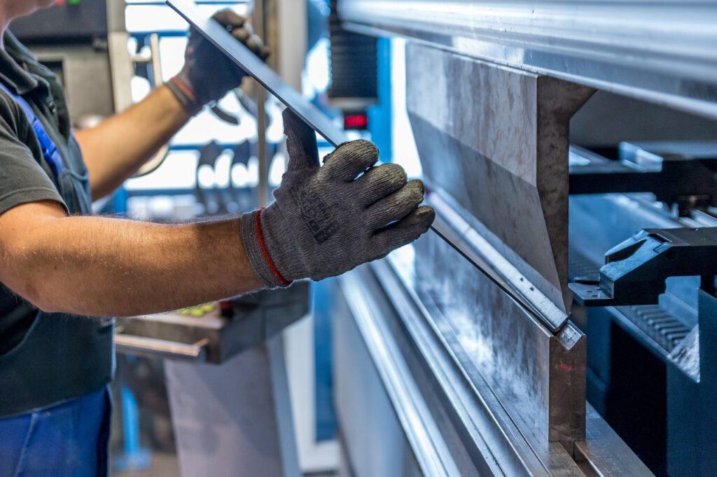 Metall - Der Werkstoff dieser Zeit benötigt Fachwissen, Kraft und Geschick